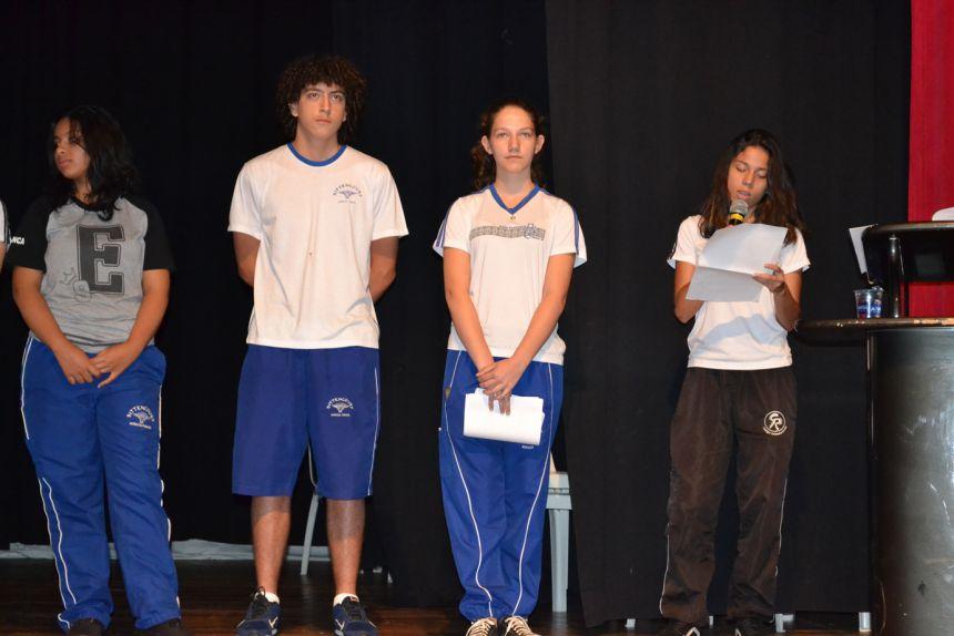 Adolescentes leem as propostas previamente estabelecidas