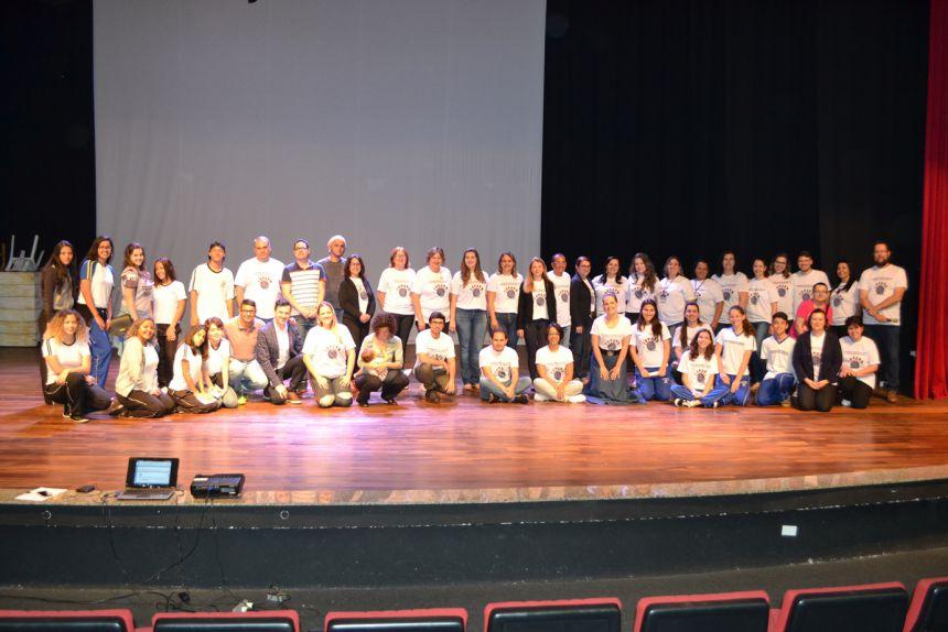 Palestrante, adolescentes, conselheiros do CMDCA e do Conselho Tutelar e outros profissionais se juntaram no final para uma foto