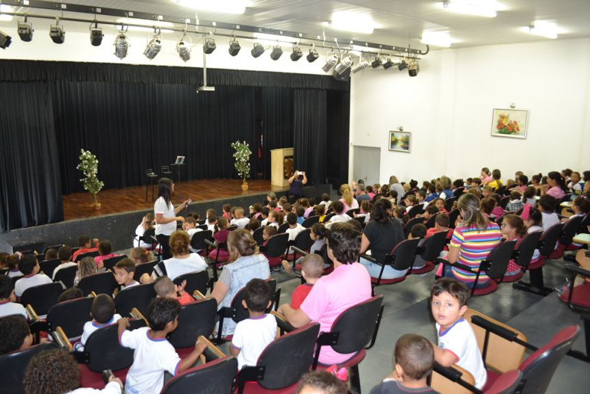 Artistas contam enredos infantis para crianças de CMEIs de Marialva