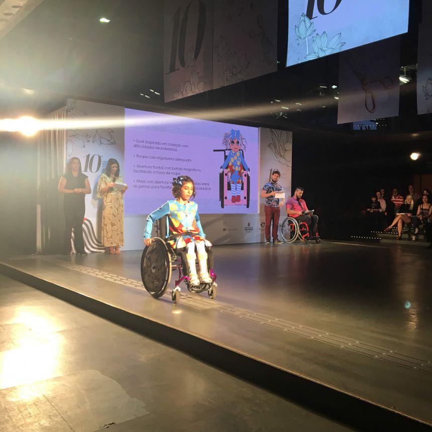 Modelo Paula Costa desfila com criação da estilista marialvense durante o Concurso de Moda Inclusiva, em SP