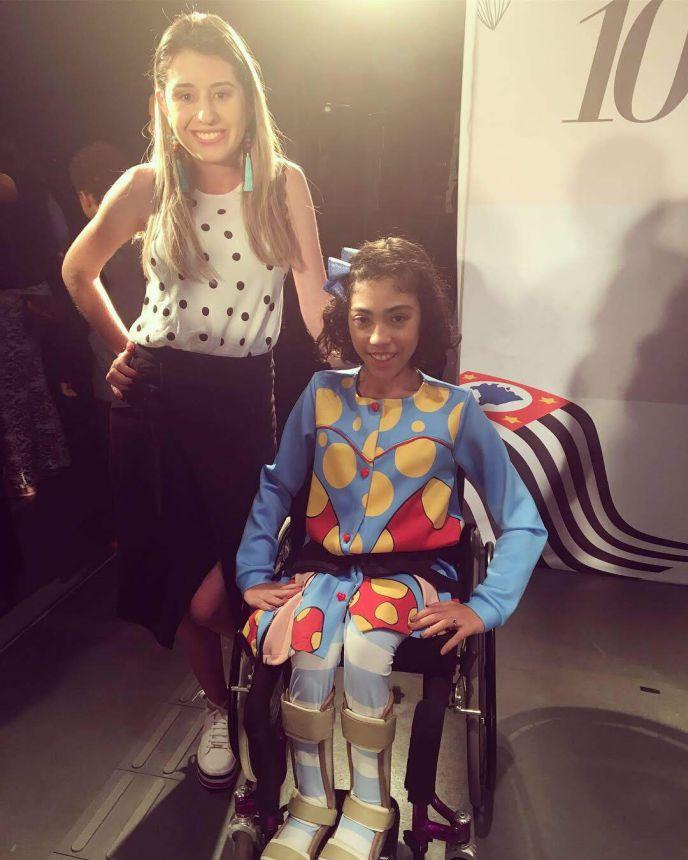 Estilista marialvense Karla Carraro durante o Concurso de Moda Inclusiva, em SP, com a modelo Paula Costa