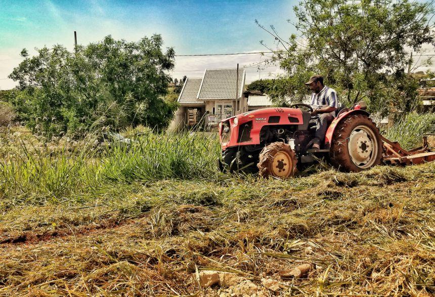 Junto com o esforço em roçar e limpar terrenos públicos, a Prefeitura está autuando particulares que não cuidam de seus terrenos