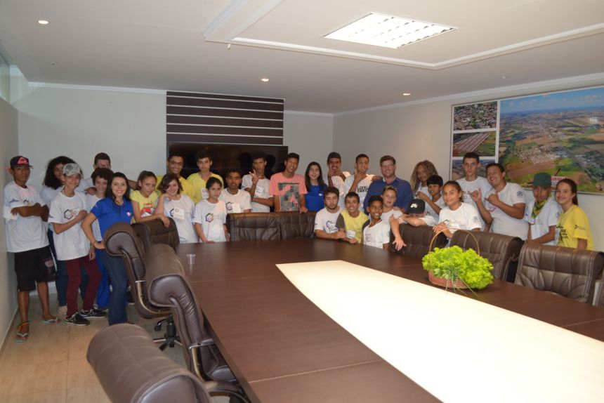 Prefeito recebe adolescentes do projeto Ação Jovem