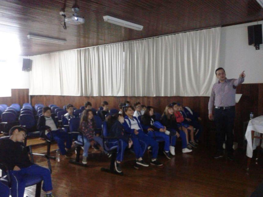 Secretário de Saúde, José Orlando Villa, fala às crianças do Colégio Anjos Custódios