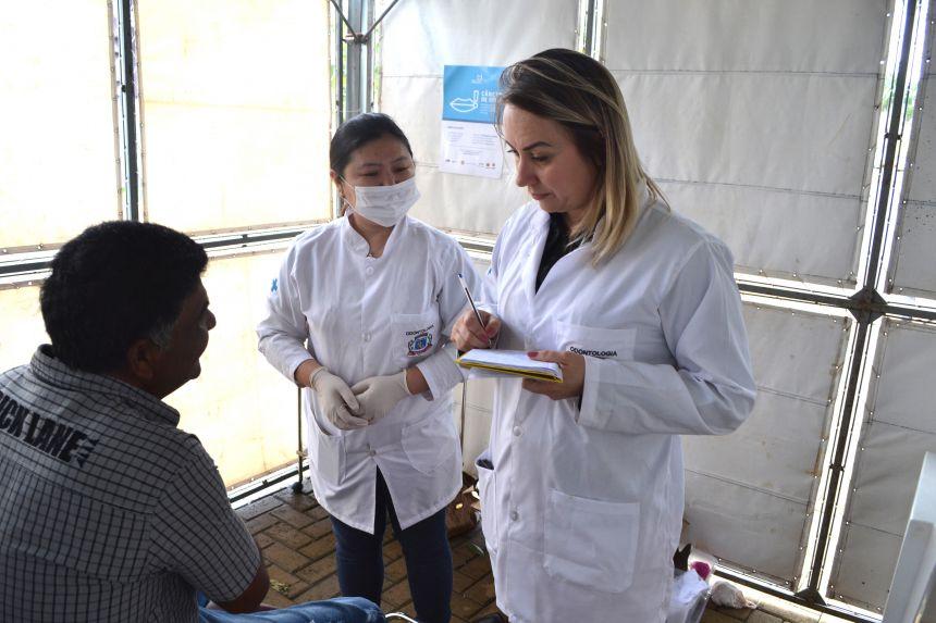 Foto retrata um dos exames clínicos odontológicos realizados durante o evento