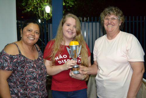 Vencedora Geovana Blanco e sua mãe, Maria, felizes com a vitória