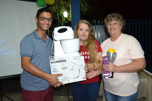 Vencedora Geovana Blanco e sua mãe, Maria, posam com o coordenador Bruno Silva, e com o prêmio