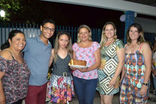Vice-campeã, Giovanna Letícia e a mãe, Roberta, posam com juradas do concurso