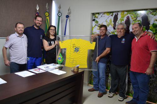 Campeã mundial de handebol visita prefeitura de Marialva