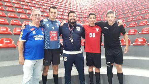 Jovens atletas com o técnico da equipe de handebol do Corinthians (ao centro), após se apresentarem