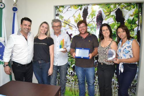 Equipe da Indústria e Comércio e o prefeito Victor Martini posam com os prêmios que a pasta já conseguiu para o município