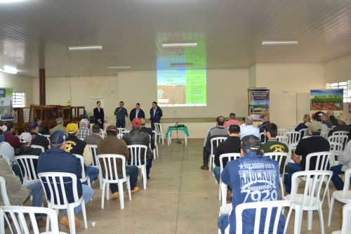 Agricultores participam de encontro para discutir manejo da soja