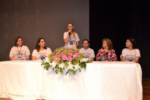 A primeira-dama e secretária de Assistência Social, Valéria Alves, fala à plateia