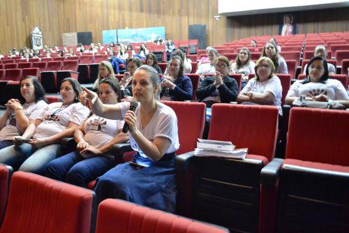 A conselheira tutelar Martha Rodrigues Borges (delegada titular para o CEDECA) faz sugestões durante a leitura de propostas