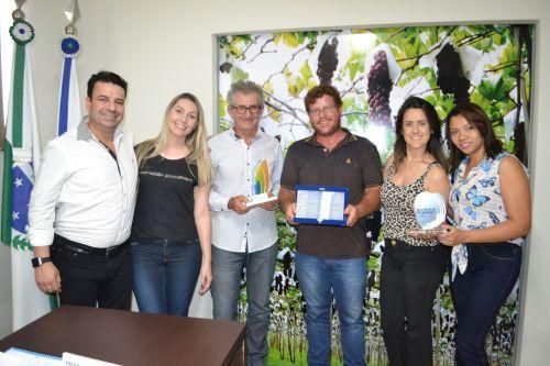 Ao lado do prefeito, equipe da Secretaria de Indústria e Comércio exibe prêmios recebidos