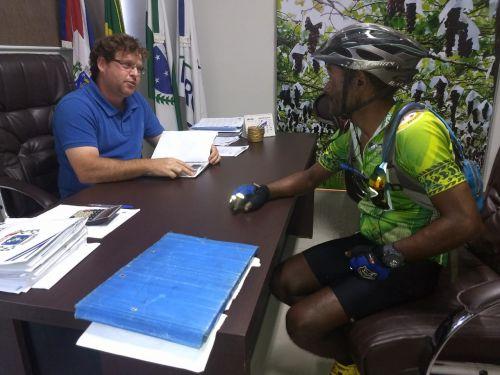 Ciclista pagador de promessa passa por Marialva