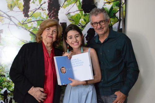 Estilista marialvense Karla Carraro, reconhecida em 2018 por moda inclusiva, é recebida com seu pai, Roberto Carraro, pela prefeita em exercício, Antonieta Bellinati Perez