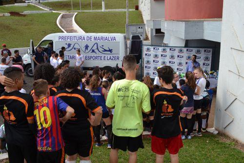 Atletas mirins da cidade acompanham a entrega da van à Secretaria de Esporte e Lazer.