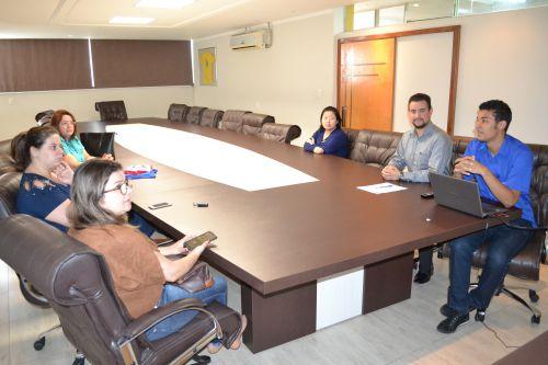 Empresas locais de uniformes recebem orientações sobre licitações municipais