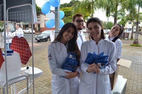 Kits do município para escovação foram distribuídos aos populares presentes