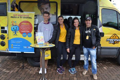 Funcionário do Seja Digital com membros da Rádio Maringá FM