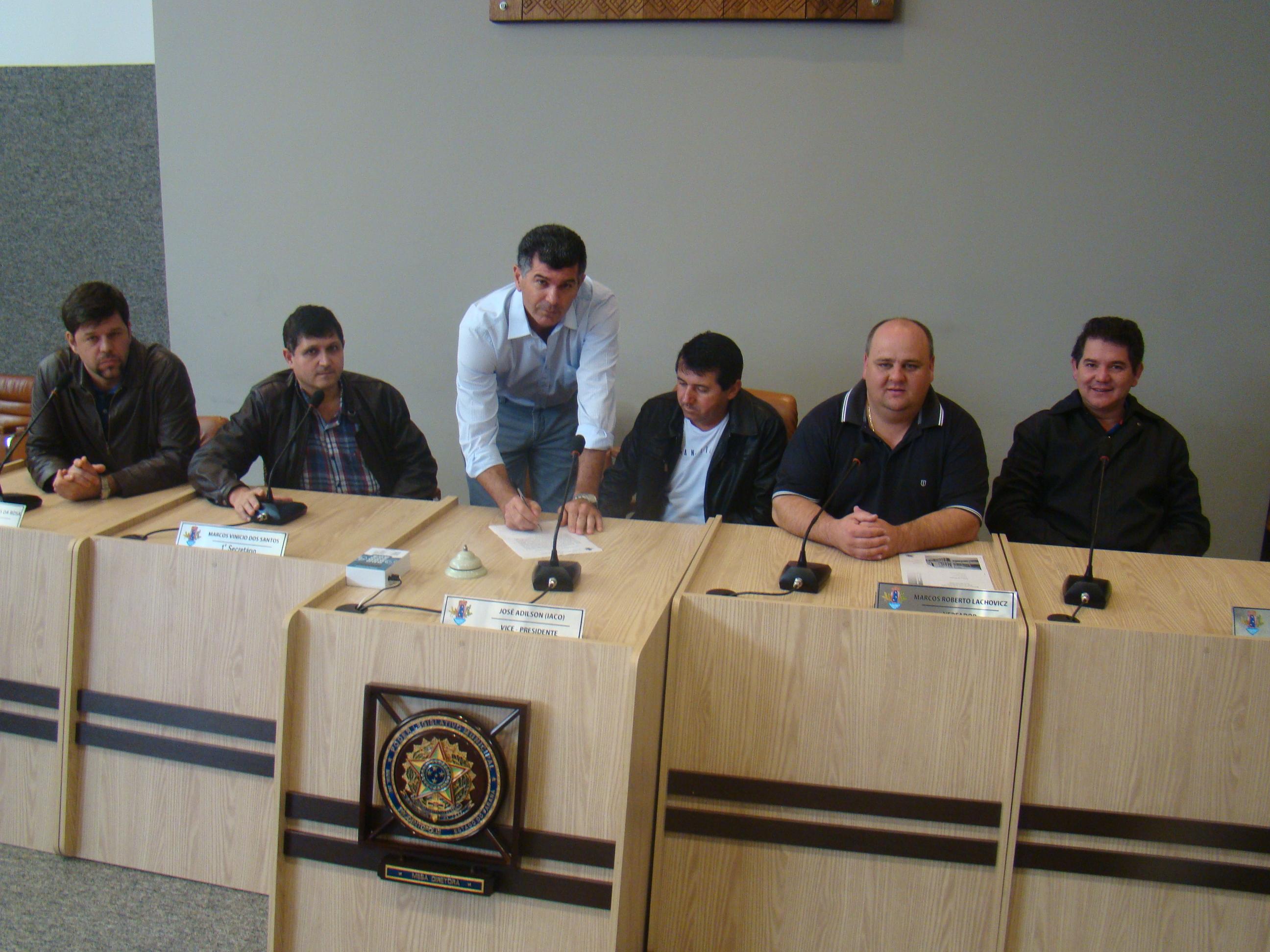 Leandro Giareta assina o termo de posse junto aos vereadores