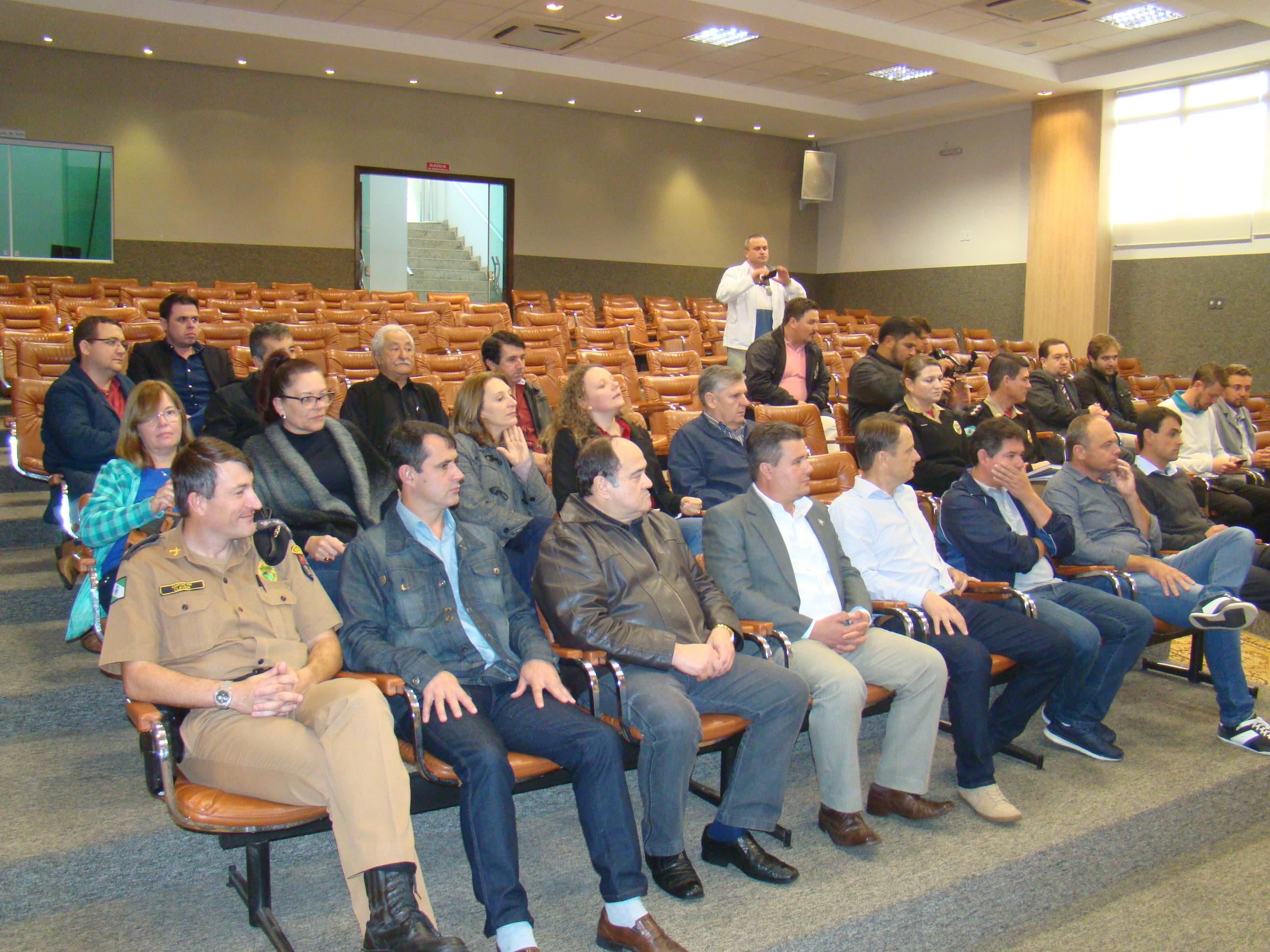 Diversas lideran�as da comunidade participaram da reuni�o