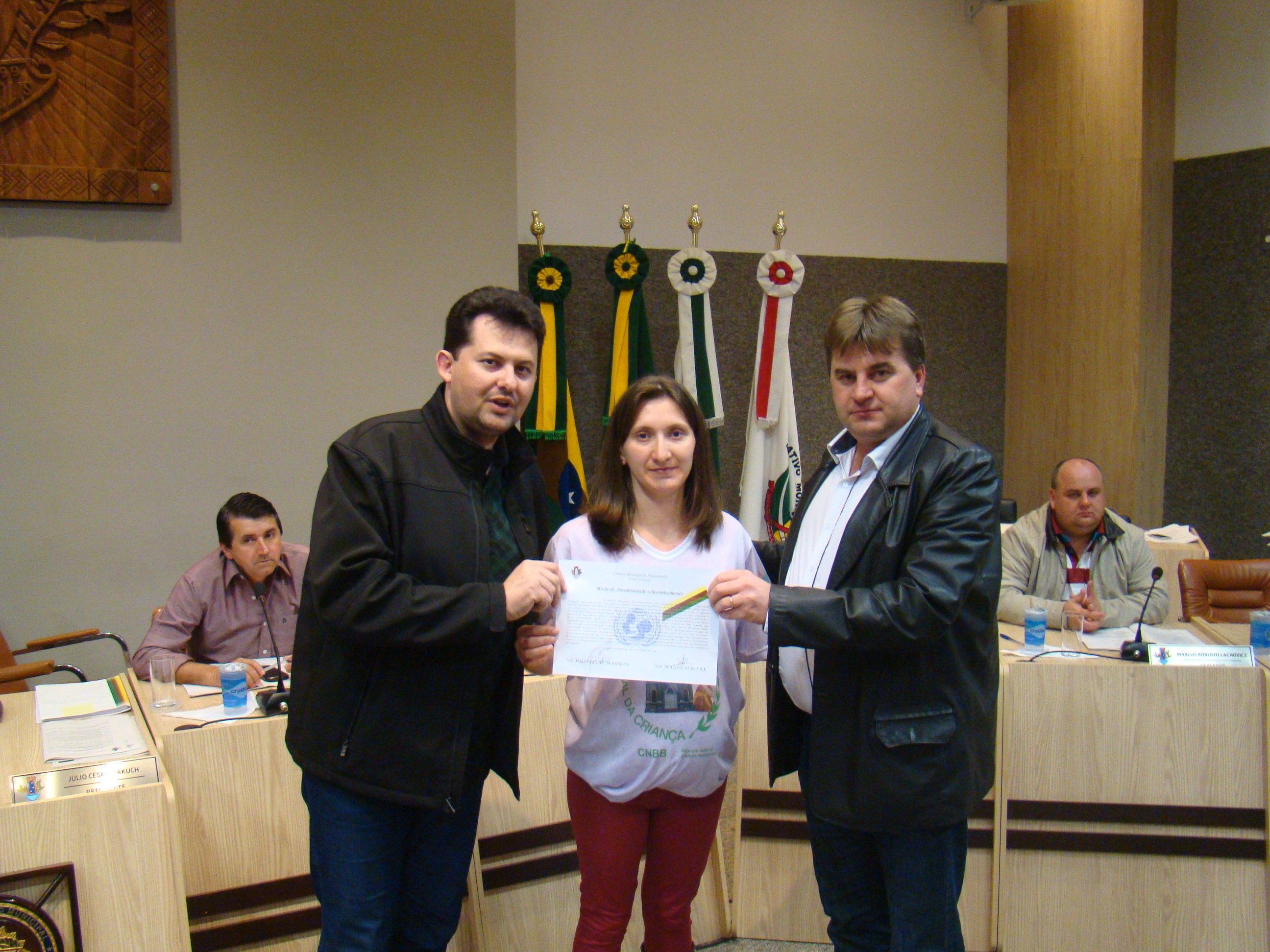 Sheila Etgeton Pontarollo recebe a mo��o dos vereadores J�lio e Maur�cio