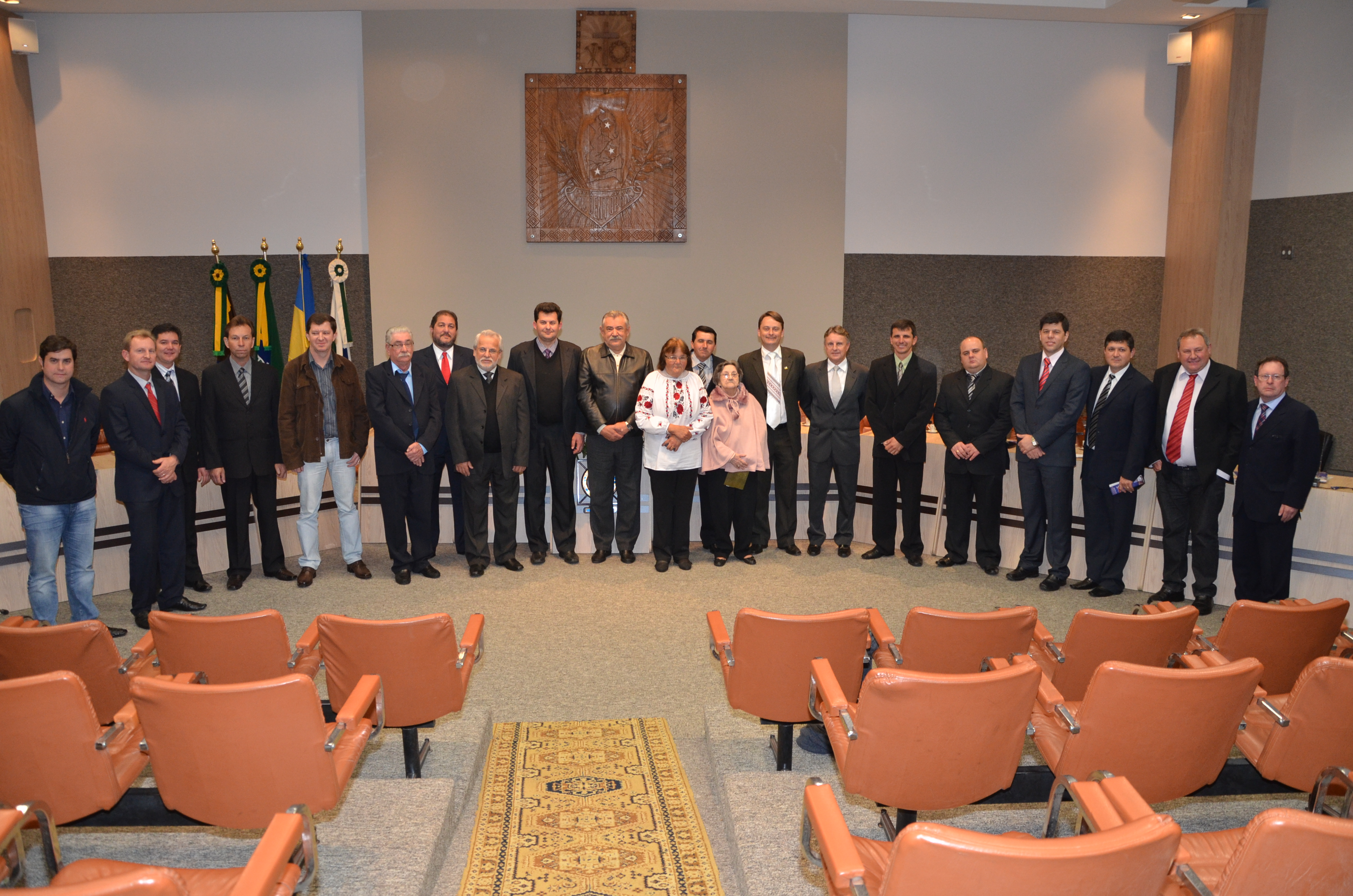 Autoridades junto aos homenageados da comemora��o dos 107 anos de Prudent�polis