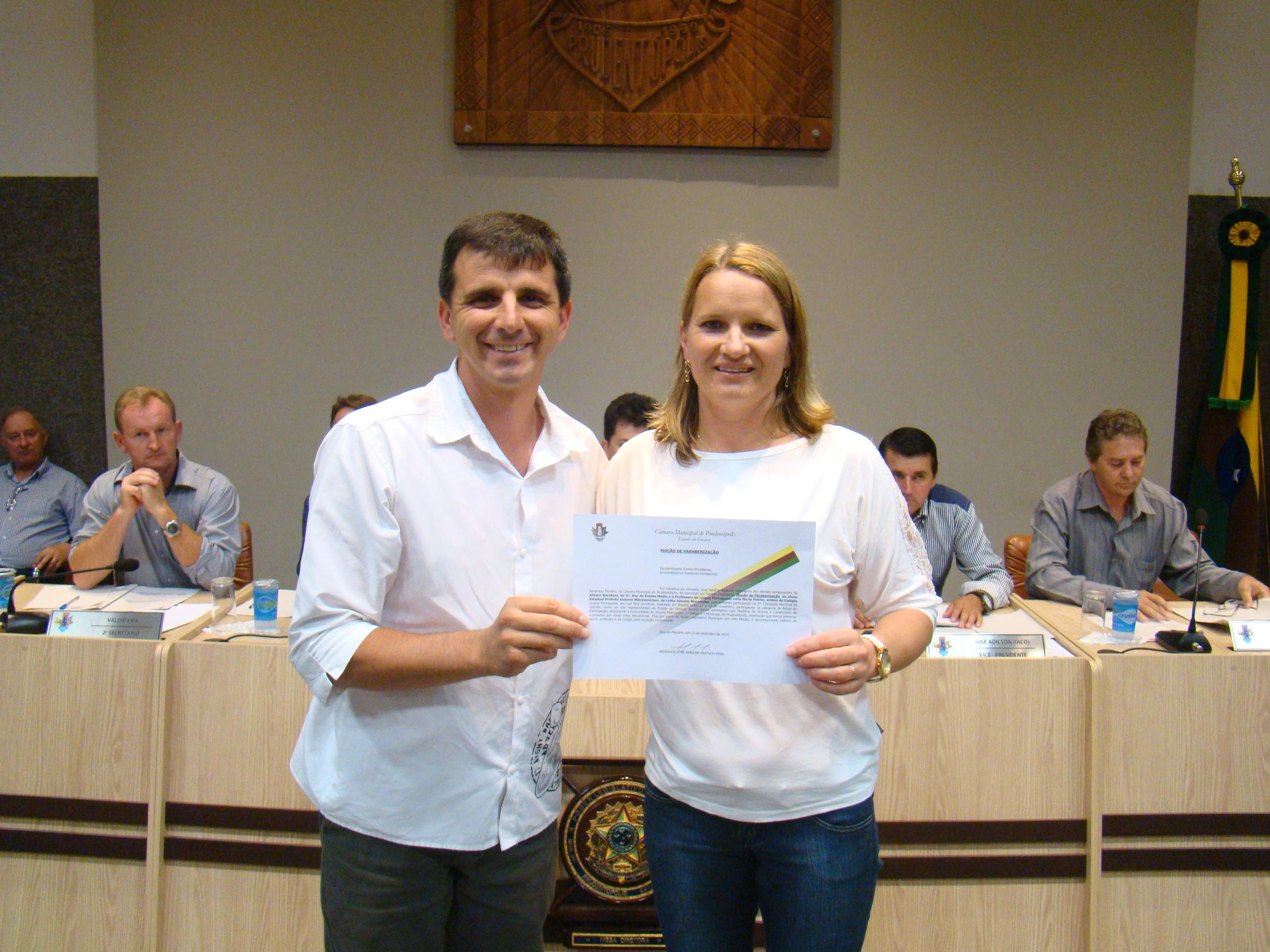 Professora C�lia recebe Mo��o do Vereador Jos� Amilcar