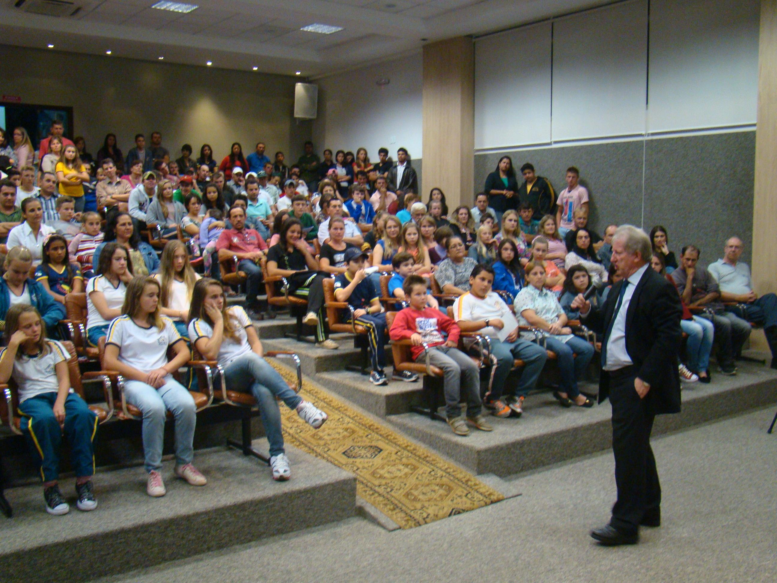 Palestra do professor Claudino atraiu a aten��o dos alunos pela din�mica que envolve