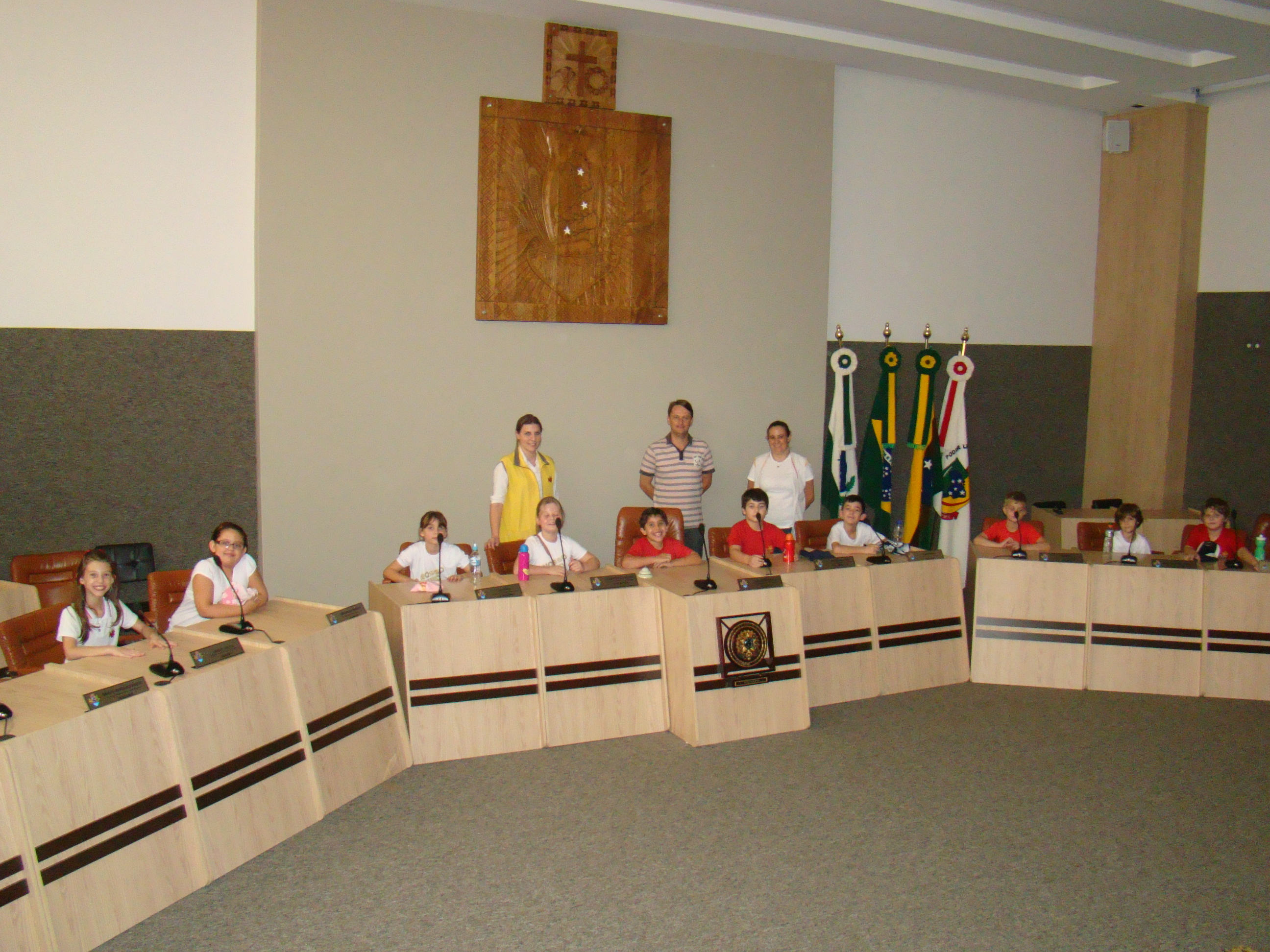 Alunos, professores e o Vereador Luciano, durante visita � C�mara, na sede do Plen�rio.