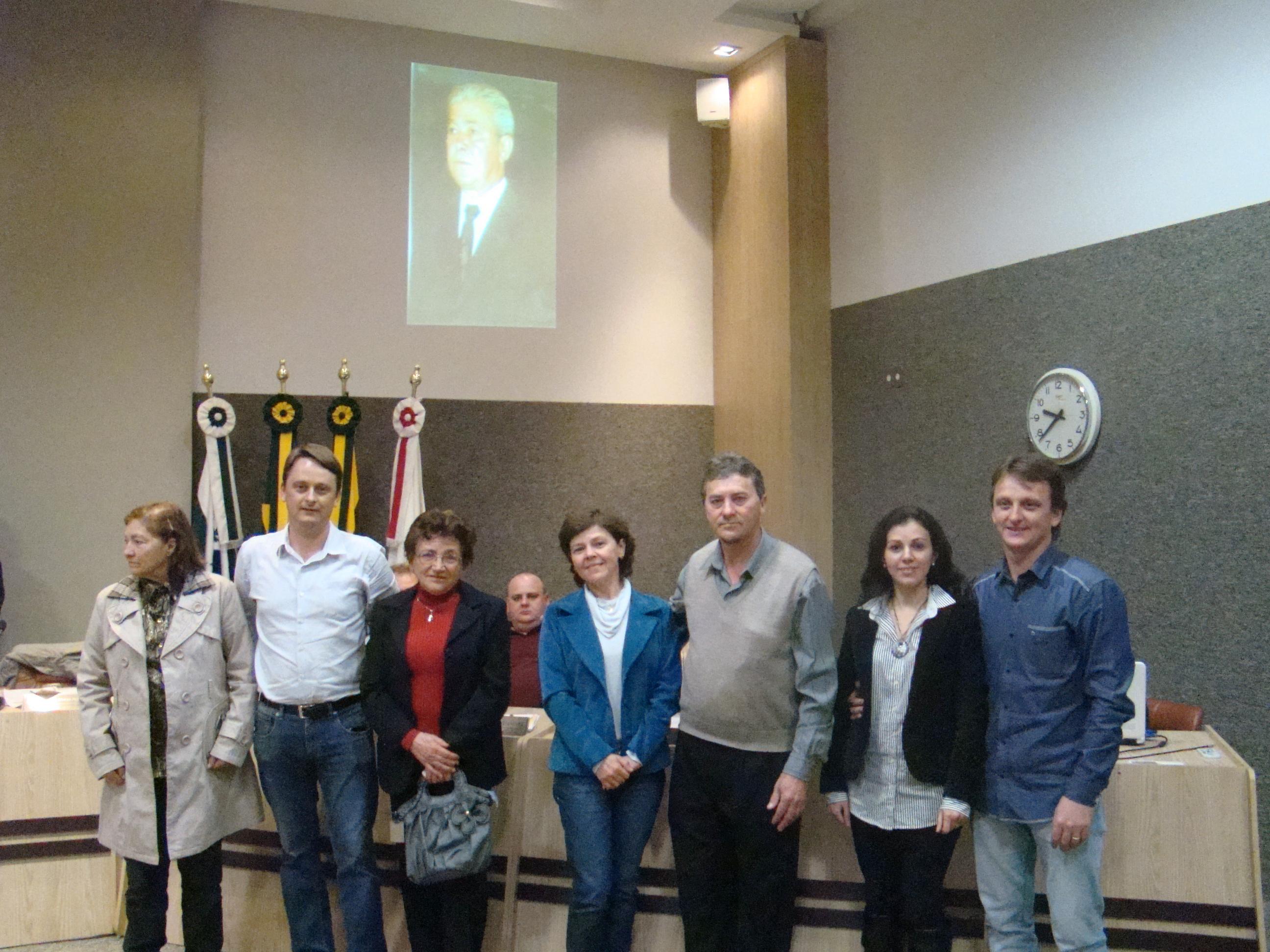 Familiares junto aos Vereadores Luciano Antonio e Osmar Pereira, na sess�o que aprovou a mat�ria