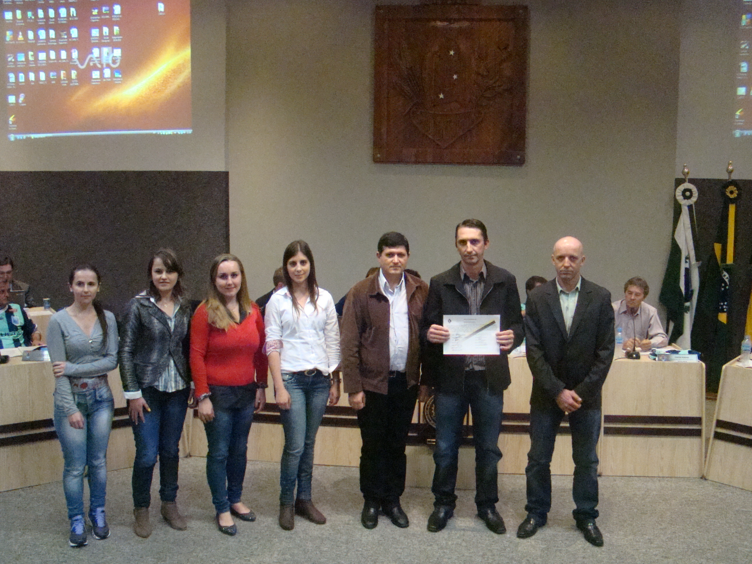 Presidente, Gerente Geral e colaboradores da Cresol, recebem a Mo��o do Vereador Marcos Vin�cio.
