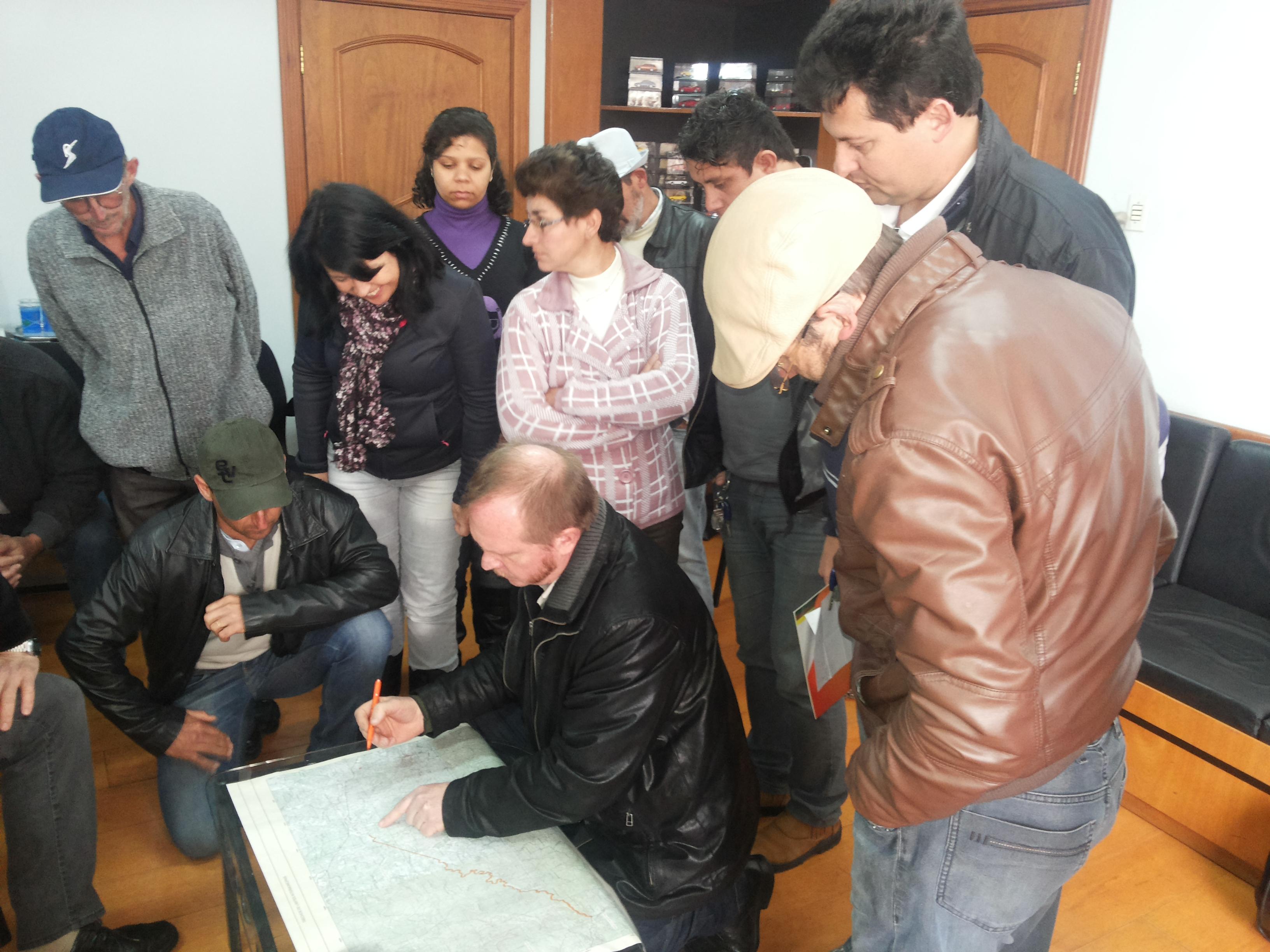 Moradores, t�cnicos e autoridades analisam mapa que indica as divisas