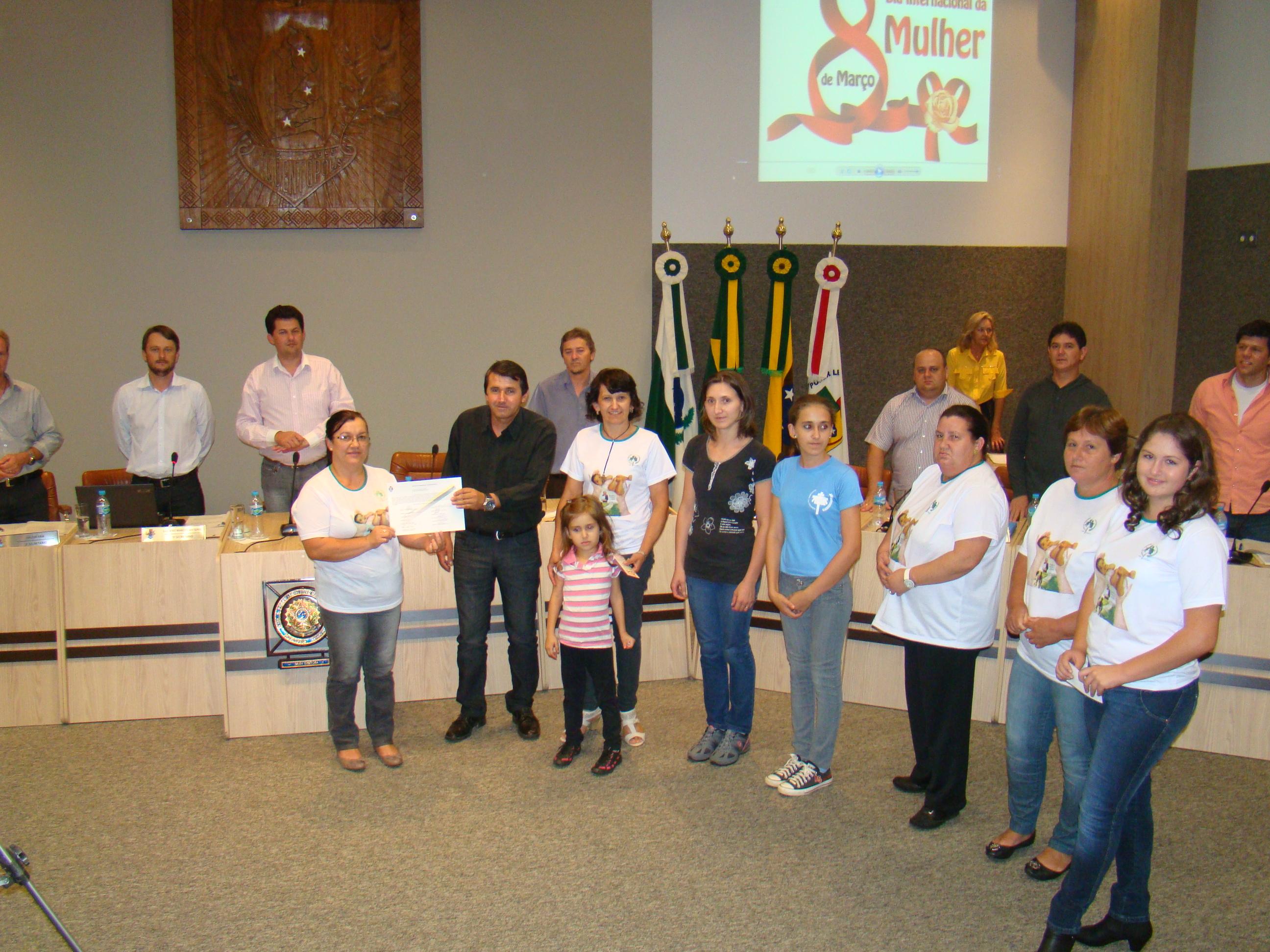 Vereador Jos� Adilson dos Santos entrega a Mo��o �s componentes da Pastoral da Crian�a, presentes � sess�o.