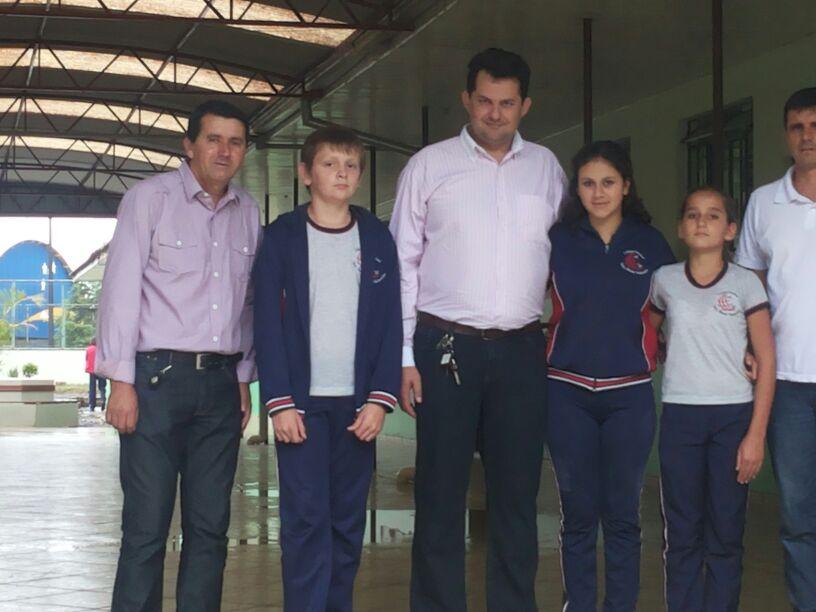 Alunos eleitos pela comunidade de Rio d′Areia, com o Presidente e Vice da C�mara