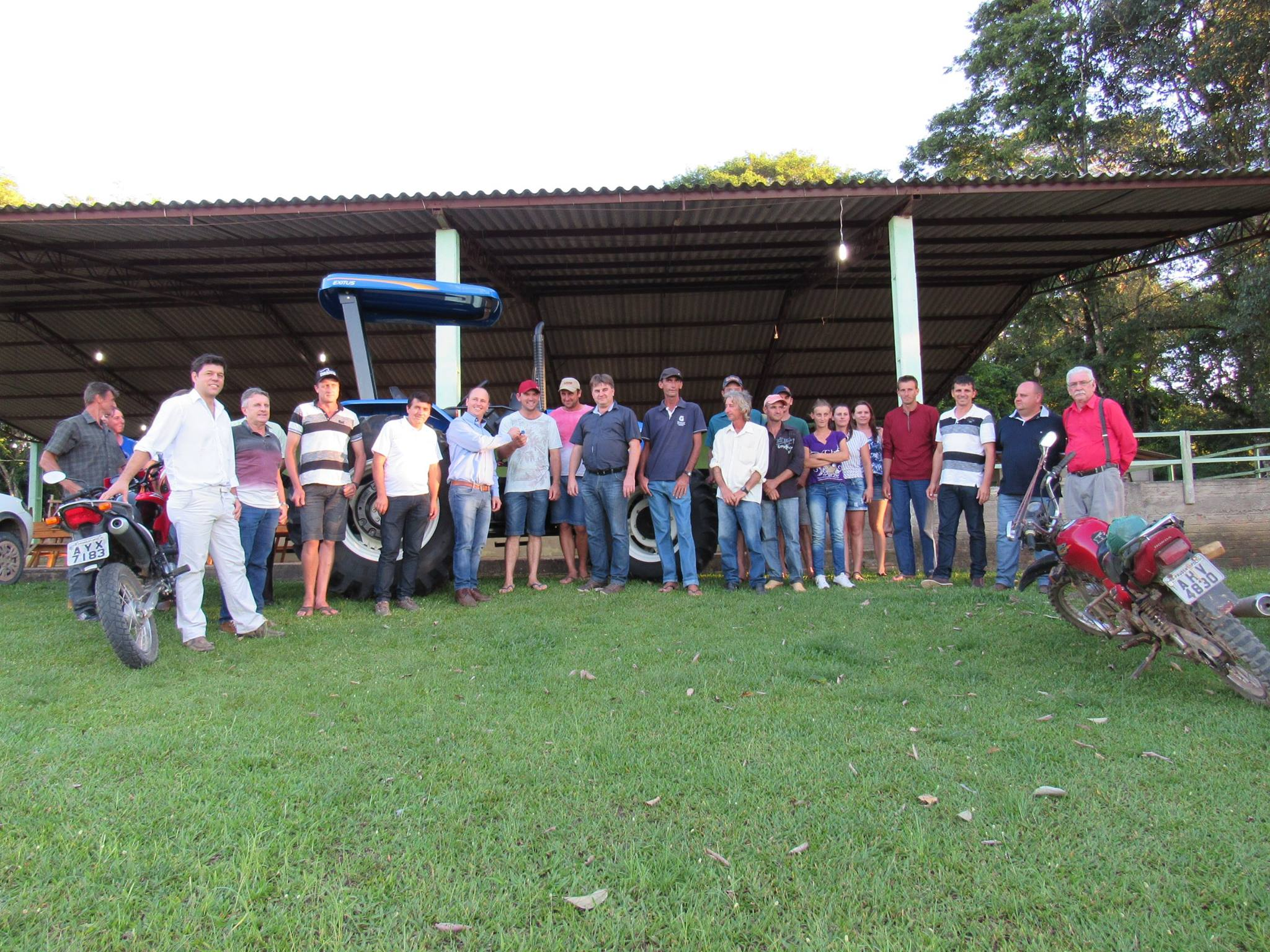 Produtores e lideran�as na entrega das chaves do trator e dos resfriadores em Jaciaba