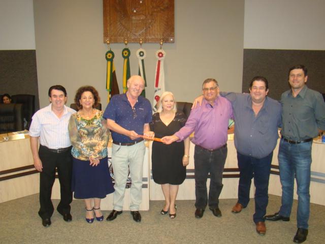 Familiares e amigos de Dona Concei��o recebem c�pia da lei aprovada do Vereador Woruby
