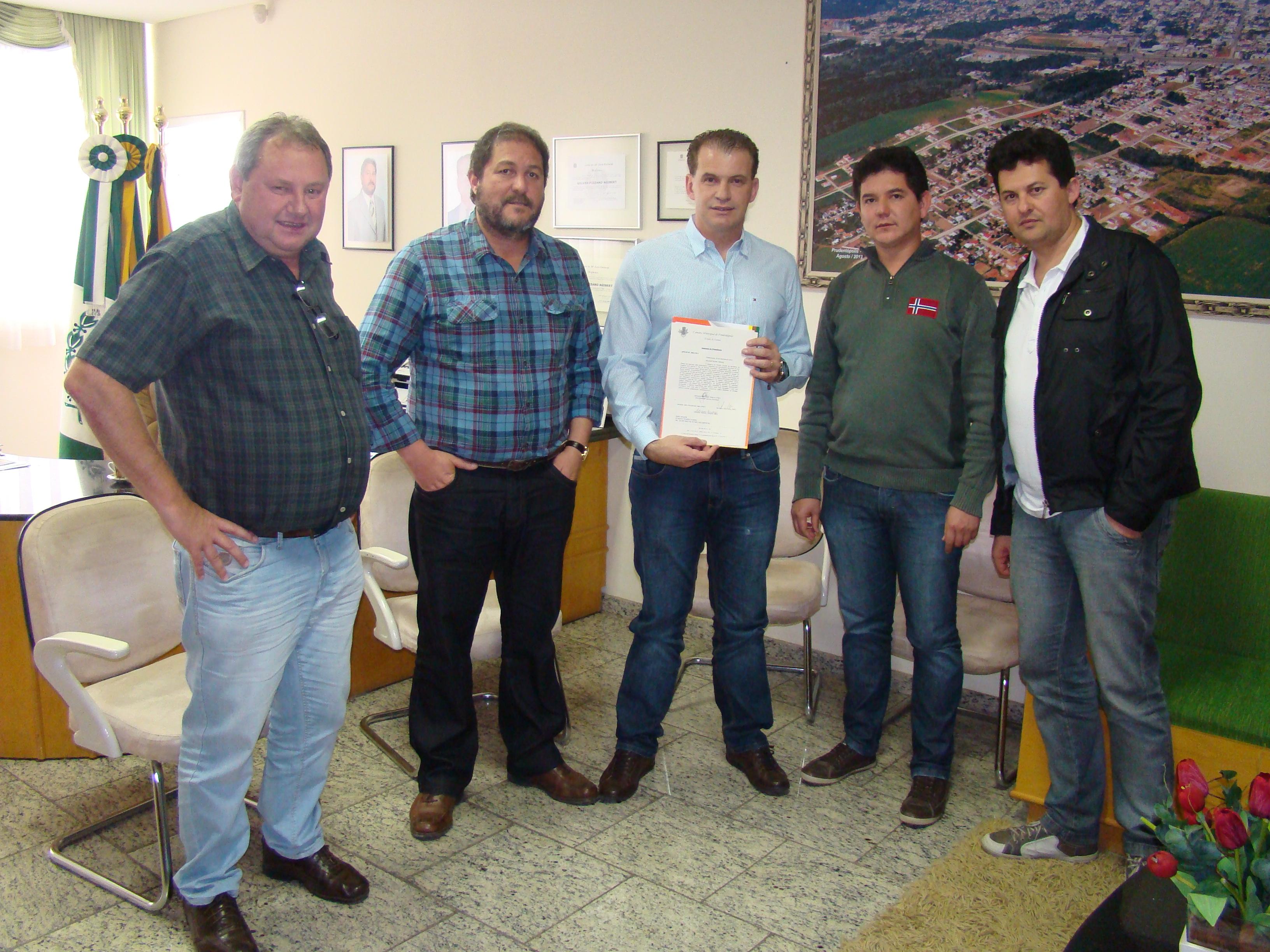 Prefeito Gilvan, Presidente Makuch, Vereadores Jos� Petez, Adriano Cardoso, entregam Of�cio ao Secret�rio Roman