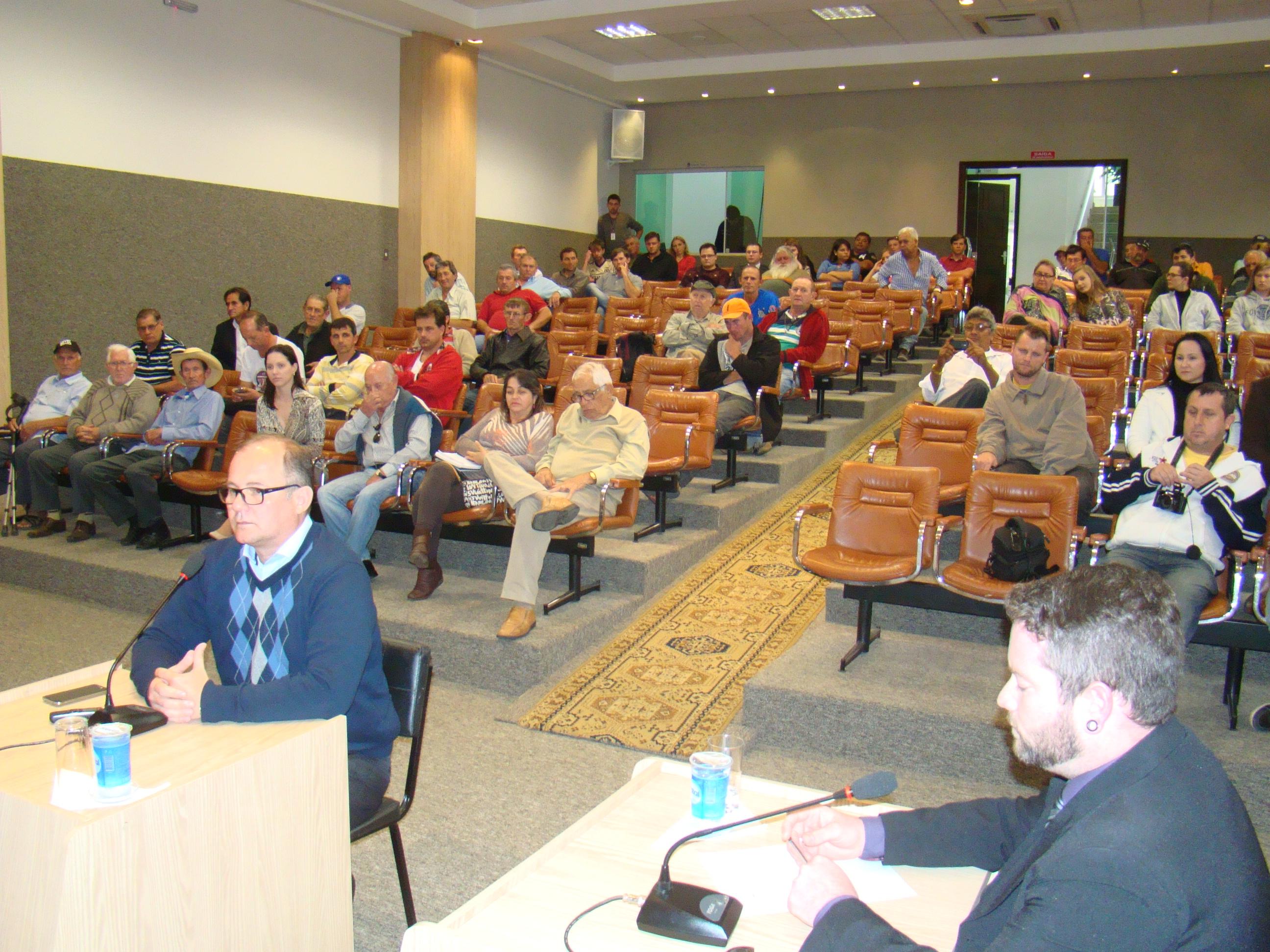 Testemunha Roberto C�zar Pinto e o advogado de defesa dativo, Fl�vio Leandro dos Santos
