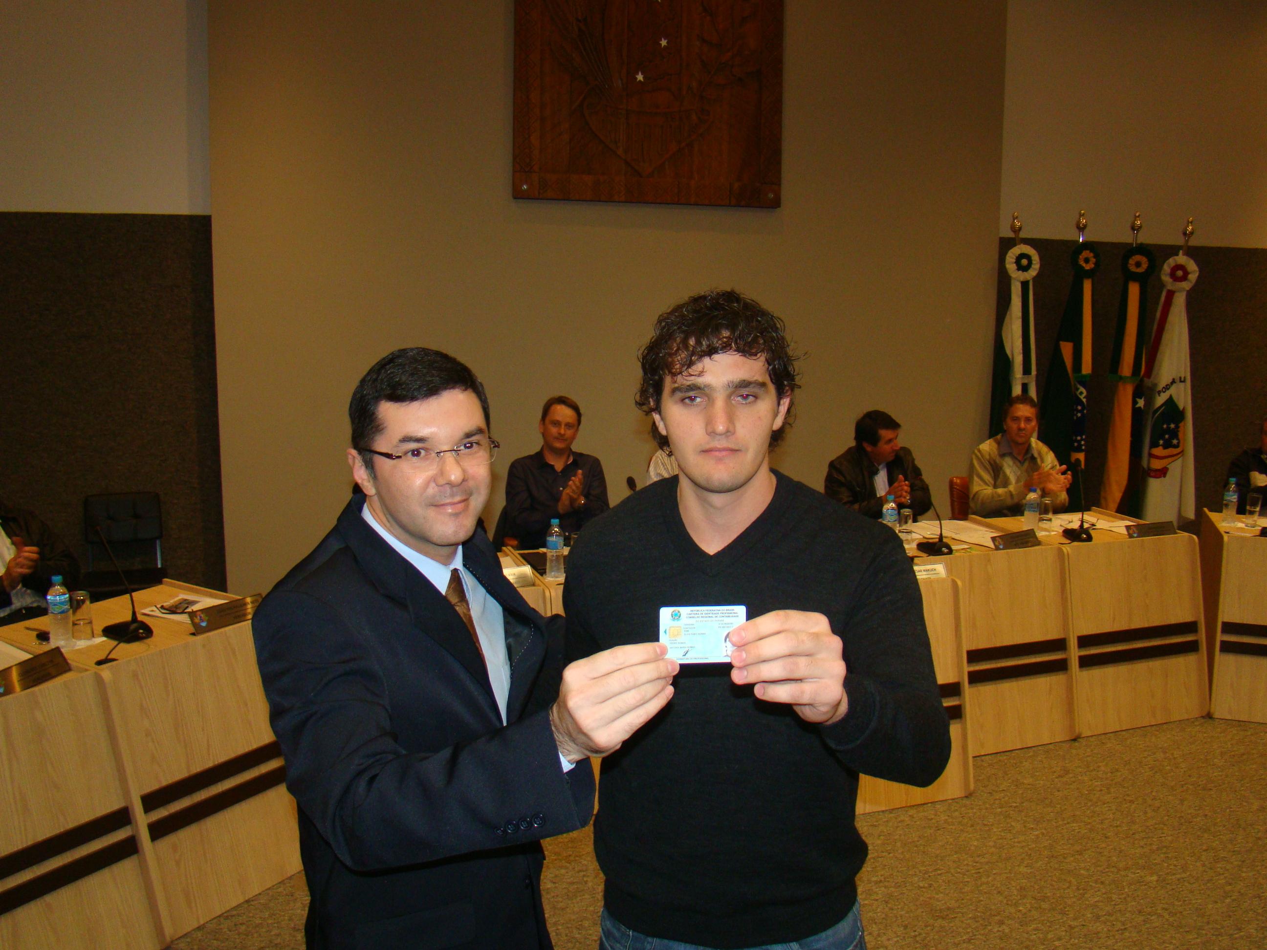 Jovem Elvis Roman recebe sua carteira profissional do Delegado do CRC,Marcelo Figueiredo.