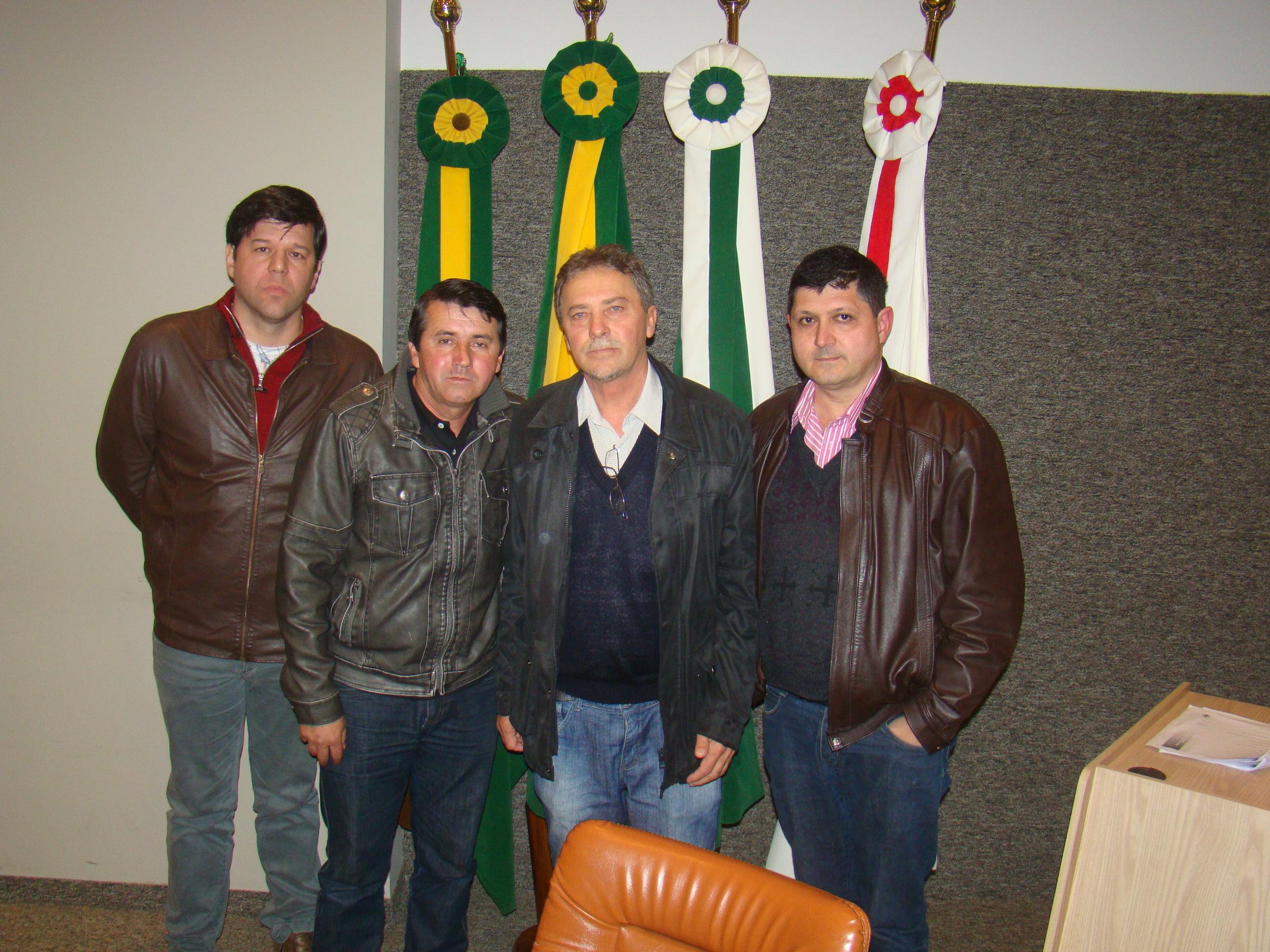 Osmar Pereira com os componentes da Mesa, Vereadores Dr. Darley, Marcos Vin�cio e Presidente Jos� Adilson