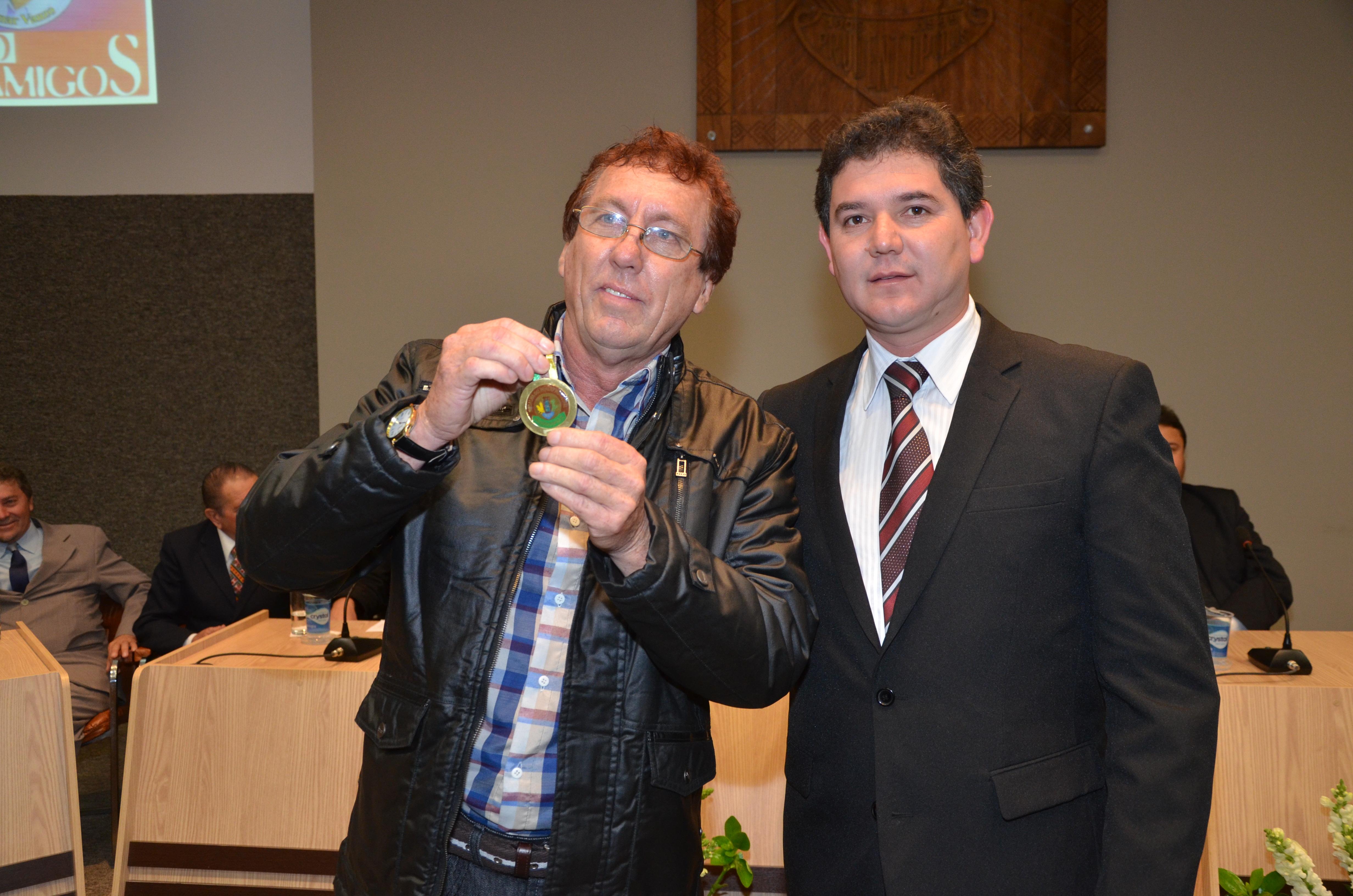 Vereador Adriano Cardozo entrega a medalha ao M�sico e Radialista Leonel Miketchen
