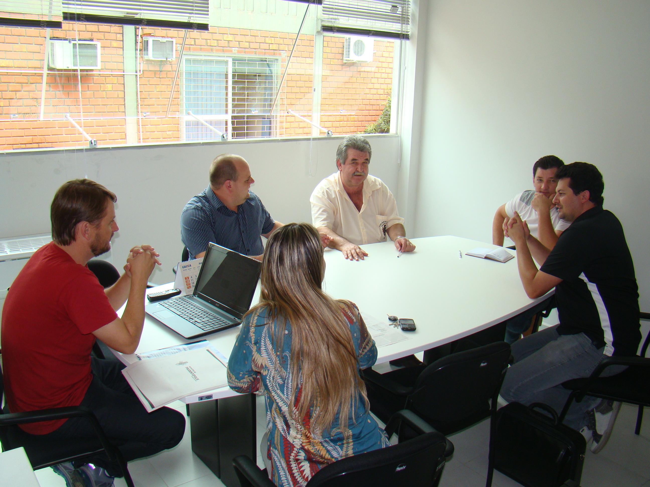 Presidente Makuch e os membros da Comiss�o, discutem os planos de atividades ap�s reativa��o.