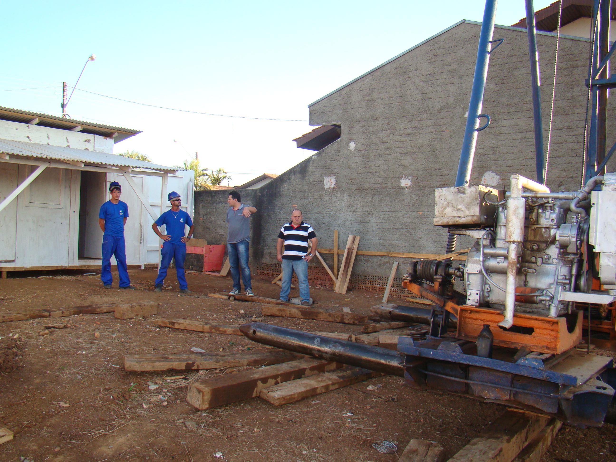 �Presidente Makuch e Vereador Marcos Roberto acompanham o in�cio das obras do novo reservat�rio na Rua Domingos Luis.