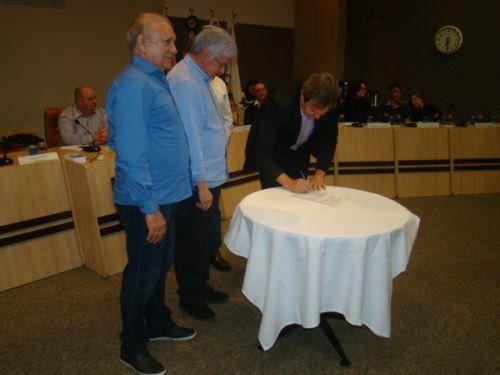 Traiano, Rossoni e Aldo Bonna assinam o Decreto oficializando o curso