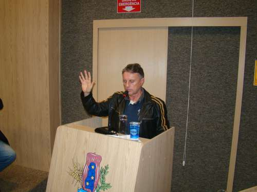 Adelmo Klosowski presta o juramento legal agora tomando posse em definitivo do cargo de prefeito