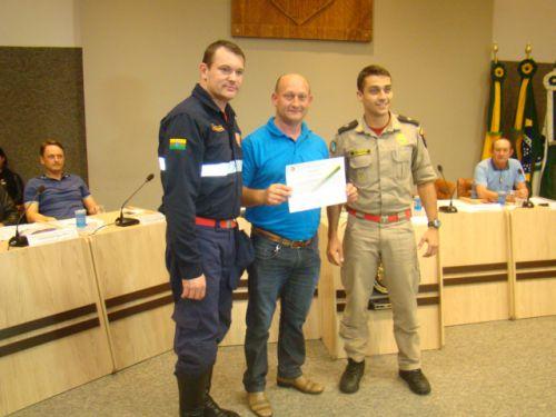 Vereador Budnik entrega Mo��o ao Tenente Bruno e ao Agente Aur�lio