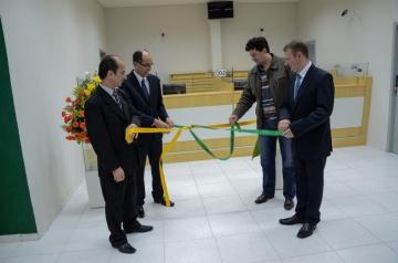 Gerente Geral Jo�o Oliveira, Presidente Santo Cappellari, Presidente da C�mara J�lio Makuch e Gerente de Desenvolvimento Helton Kolecha, descerram a fita inaugural